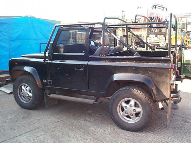 Land rover defender 90 td5 soft top multi point bolt in for Garage land rover nancy